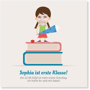 Einladungskarten Einschulung, Mädchen auf Bücherstapel