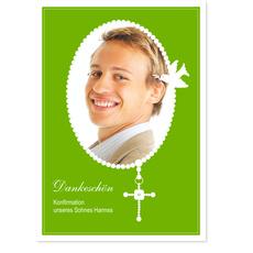 Perlenkette mit Kreuz auf Wiesengrün